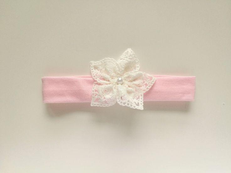 Opaska koronkowy kwiatek z perełką róż na chrzest - MadebyKaza - Opaski dla niemowląt