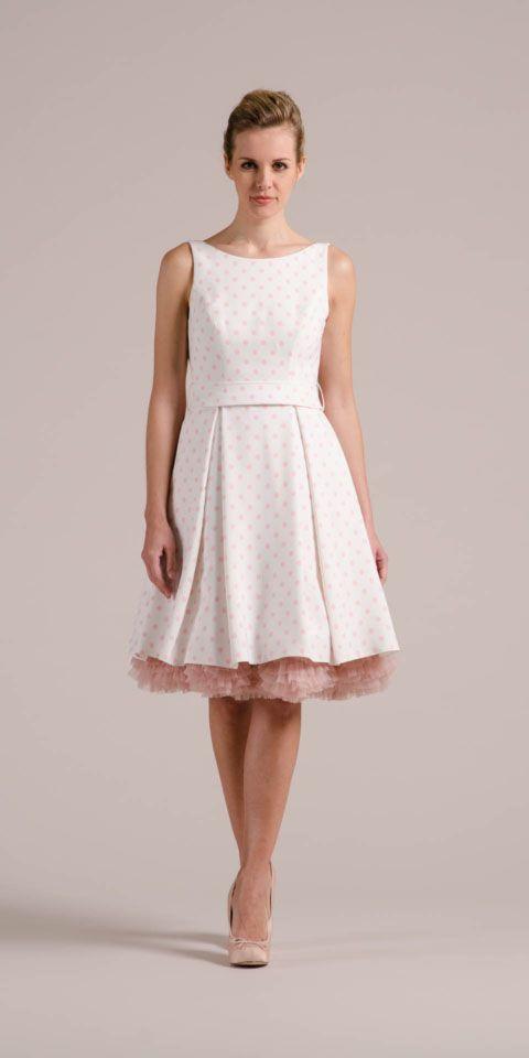 Unser Rockabilly Hochzeitskleid setzt neue Maßstäbe. Rosa polka dots, lässige Taschen, tiefer Rücken, Träger & viel mehr! Rock jetzt gleich mal rüber hier!