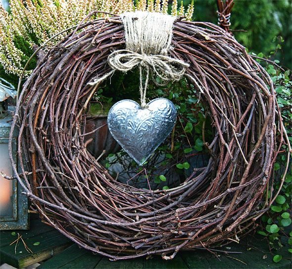 Instant beauty: vines, linen string and a metallic heart decor