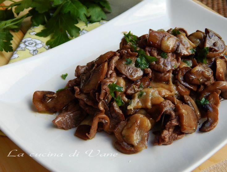 straccetti di carne con funghi e scamorza ricetta secondo piatto goloso facile da fare. Ricetta con con formaggio filante. Carne con funghi