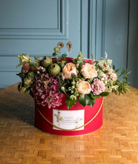 Sombrerera grande roja con flores de temporada.      Fotografía: Ornella Binni
