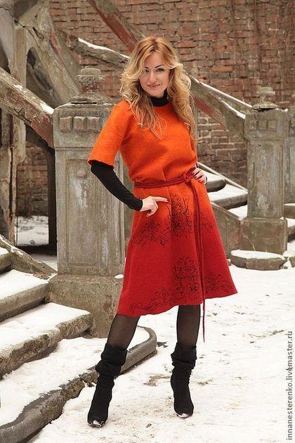 Купить или заказать Валяное платье  'Цвет Солнца' в интернет-магазине на Ярмарке Мастеров. Теплое, я бы даже сказала зимнее платье. Вот как прийдет какая нибудь мысль в голову...и не выгонишь ее. Вот таким образом и появилось это солнечное платье. Тепленькое, плотненькое, двустороннее. Одна сторона платья выложена огромным количеством волокон шелка, банана, нитями сари,вискозы. Вторая сторона декорирована шифоновым принтом с узорами. Можно носить на обе стороны.