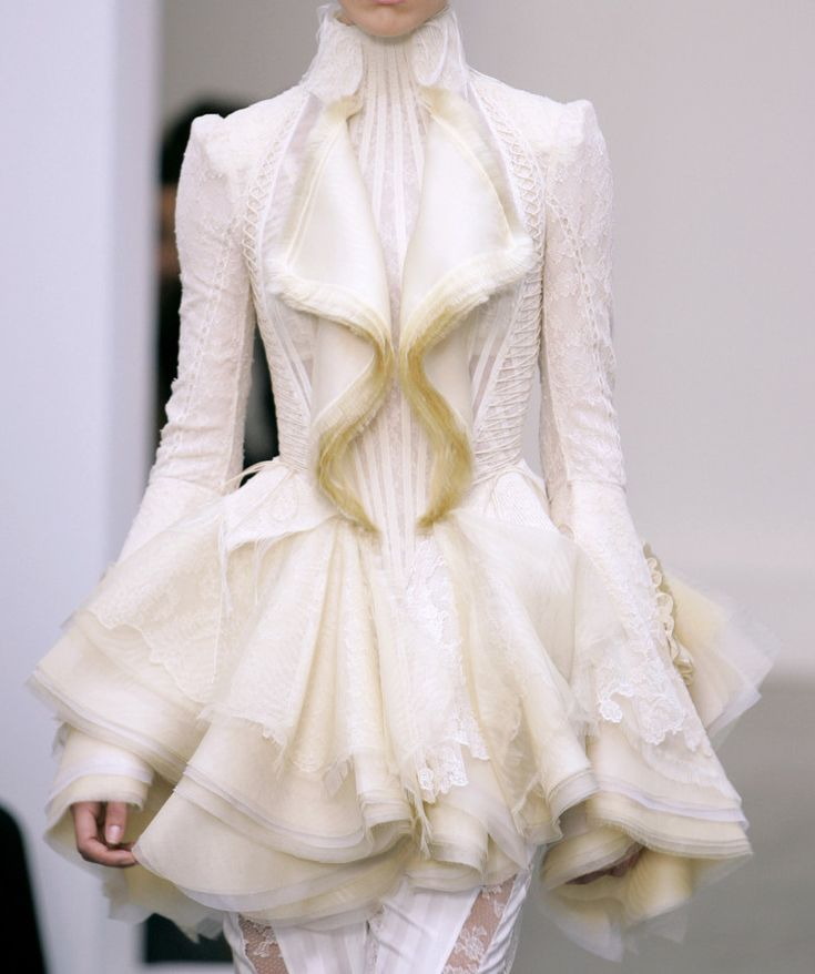 another daydream from balenciaga, spring '06. i do _not_ wear white, but i would wear the living hell out of these pieces!