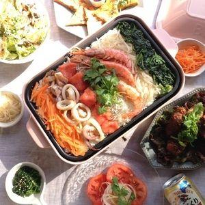 ホットプレートで海鮮ビビンバと韓国ディナー by もりもんさん   レシピブログ - 料理ブログのレシピ満載! おはようございます。 ホットプレートで海鮮ビビンバを作りました。 まずは、ナムルを作ります。 (もやしのナムル) 材料 もやし…200g ごま油…大さじ1 塩…小さじ1/2 おろしにんにく…少々 鶏ガ...