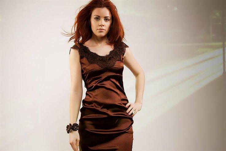 Платье отделанное кружевом на атласе