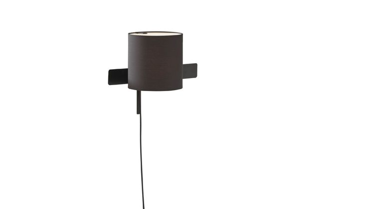 Black-lacquered steel structure with directional base (amplitude of 160°). Black lacquered aluminum shade, on ball-and-socket joint. Black textile cable with foot switch.