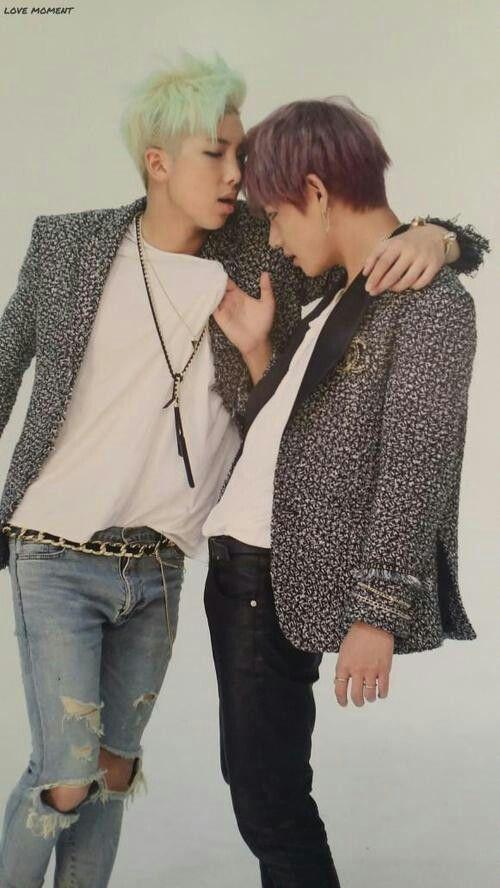 Não sei quem é mais sortudo,O Namjoon de tar quase a beijar o V,ou o V de tar nos braços do Namjoon ;-; ♡