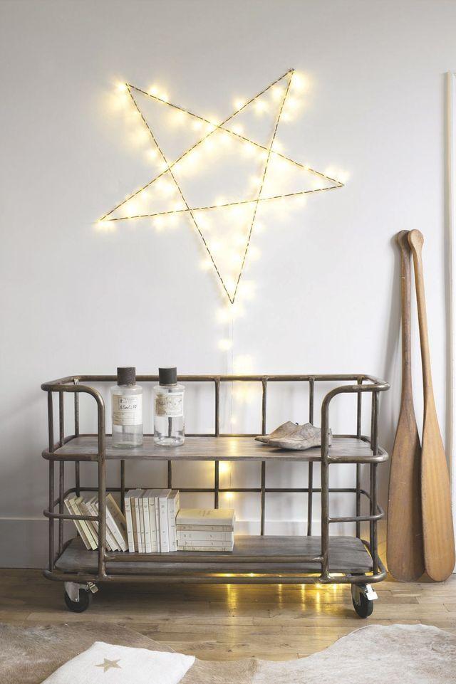 Le meuble industriel chiné est dominé par l'étoile lumineuse de la créatrice Zoé Rumeau vendue sur le site.