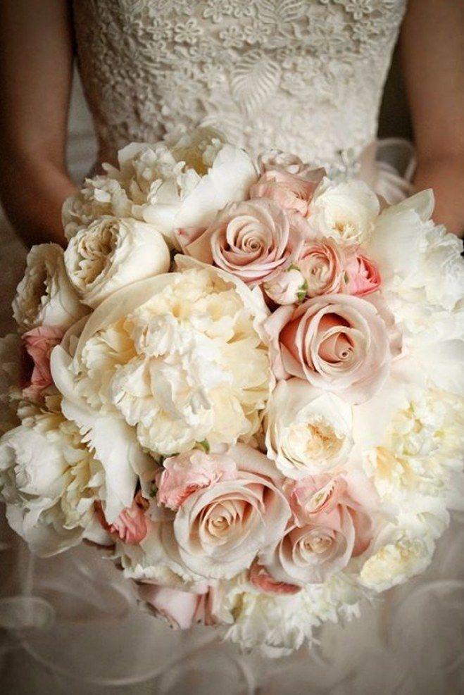 Bouquet de roses rose clair et blanches, de renoncules et pivoines blanches, tel un bouquet de pompons. Des fleurs magnifiques pour votre déco de mariage, à décliner aussi sur les centres de table, la déco du lieu de célébration etc.