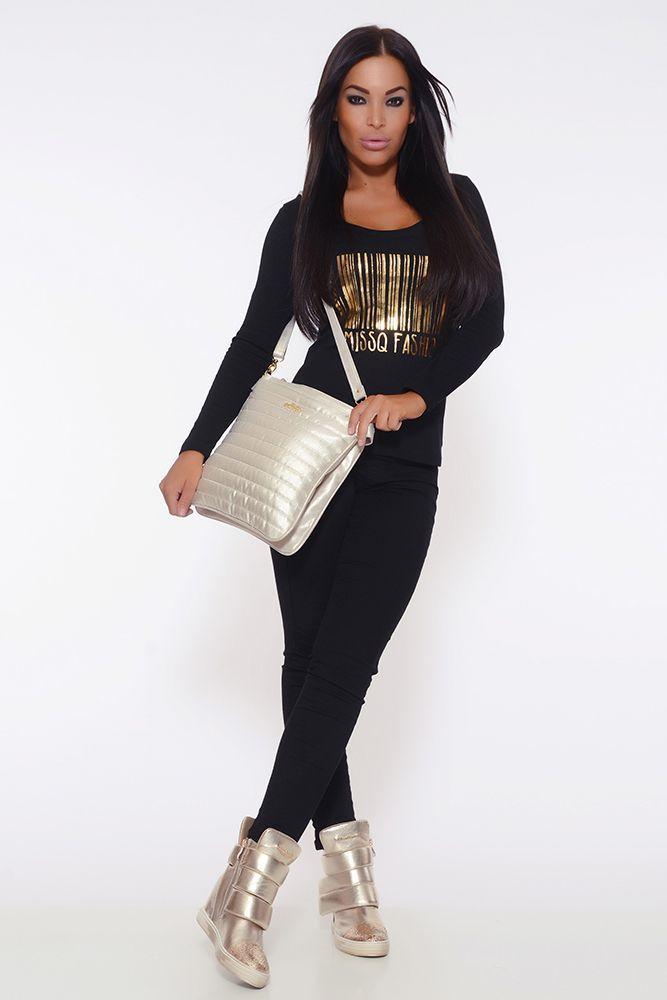 Bluza MissQ Golden View Black. Bluza casual din bumbac elastic, cu imprimeu text. Este o bluza cu croi usor lejer care se poate combina la diferite modele de pantaloni din jeans sau chiar colanti.