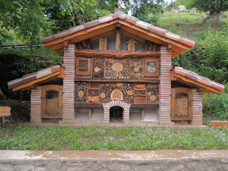 L'hôtel à insectes est un concept qui permet d'optimiser la présence, par la survie hivernale, d'insectes et d'arachnides qui sont souhai...