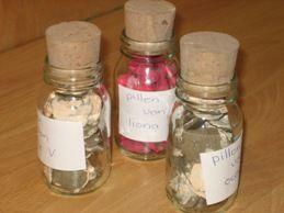 Pillen maken van klei Laat de kinderen van een stuk klei allemaal pillen maken en laat deze als ze droog zijn beschilderen. Doe ze in een leuk flesje en je hebt een pot met pillen.
