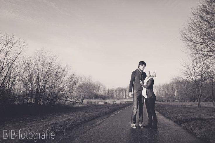 Foto's van zwangere en haar partner op een lieve ongedwongen manier:) #zwangerschapsshoot #zwangerschapsfoto's #pregnancy #photo's