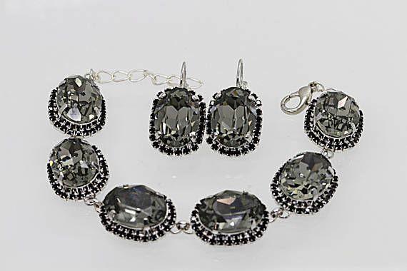 Humo gris negro diamante pendientes, pendientes de cristal Swarovski, pendientes de cristal de plata, pendientes de gris, gris swarovski pendientes  Estas impresionantes pendientes gris ahumados tienen una mirada de la gran declaración que no se puede desaprovechar. Que sería ideales para las mujeres, Dama de honor o madrina.  Metal: plata Piedras preciosas: Swarovski Tamaño total: 25 m m  Los pendientes serán embalados en una caja de regalo.  PARA ESTA PENDIENTES EN NEGRO: https://...