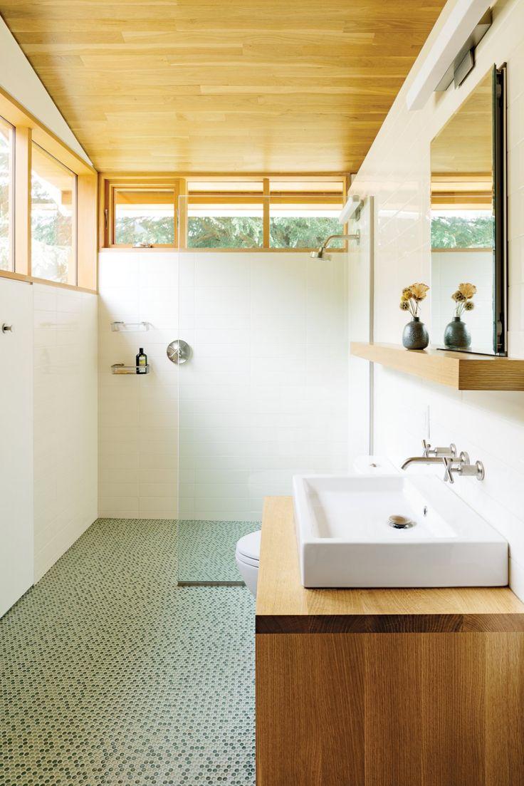 Moderne Badezimmer von Allie Weiss aus Altholzrenovierung in…