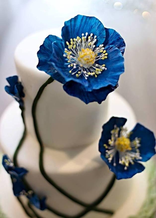Svatební dort s modrými květy
