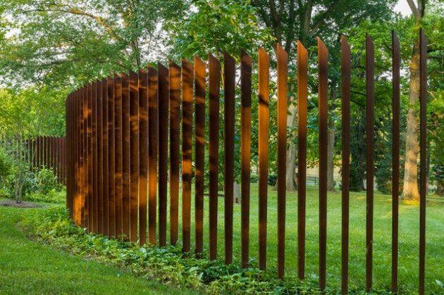 Staket och plank ramarin trädgården, skapar insynsskydd och vindskydd. Som galleriet visar, så är man inte begränsad till att använda endast stål och trä som material.Färgval och formvariationer ger oändliga valmöjligheter. Låt dig inspireras till dekorativa staket!