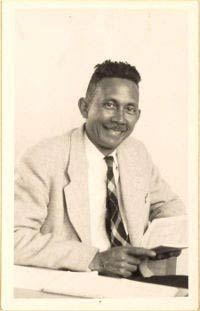 """Tjalie Robinson, oftewel Jan Boon (1911-1974) had een Indische moeder en een Hollandse vader. Opgegroeid in het vooroorlogse Indië maakte hij de Onafhankelijkheidsstrijd mee en belandde hij daarna in Holland, waar hij de moeizame overgang maakte naar """"niet-erkende minderheid"""". Hij was een productief schrijver die zich inzette voor zijn generatie en (gespleten) cultuur."""