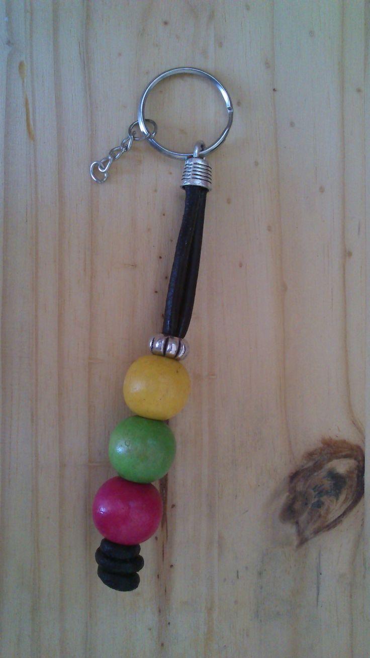 Llavero cuero bolas madera.