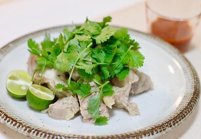 今夜はよだれ鶏!鶏胸肉よりモモ肉の方が安かったし好きだから、鶏モモだけど♪ タレもうまくいって、うまいうまいと、ご飯を2回もお代わりして食べてくれました(о´∀`о)モリモリ。 * あとは、鶏肉の茹でた出汁でニラ玉スープと⭐︎明後日の体重測定が恐ろしい… *  #cooking #instafood #カフェ巡り #gohan#lunch#朝ごはん#dinner#おうちごはん#ごはん#料理#手作り#cafe#ランチ#お昼ごはん#カフェ#2人ごはん#デート#ワンプレート#飯テロ#デリスタグラム#パクチー#夕飯#ディナー#クッキングラマー#朝食#簡単レシピ#大阪グルメ#中華#肉#よだれ鶏