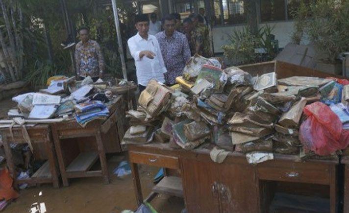 Presiden Joko Widodo meminta agar perbaikan infrastruktur rusak akibat banjir bandang di Pacitan, Jawa Timur dapat selesai akhir Desember.