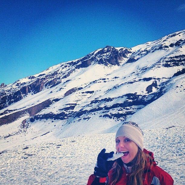 """A Viajante @cristianyzp nos mostrou uma foto na Cordilheira dos Andes """"comendo"""" um pedaço de gelo, quando fez sua viagem para o Chile. Tirou onda hein Cris? =P #CordilheiradosAndes #Chile #ViajaréPossível"""