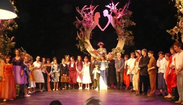 """La pièce de théâtre de la 8ème classe, âgée de 13 ans en moyenne, pour le """"Songe d'une nuit d'été"""" de Shakespeare. Ce projet pédagogique clôture l'année et permet à chacun de s'investir dans tous les domaines de la créations d'une pièce de théâtre."""