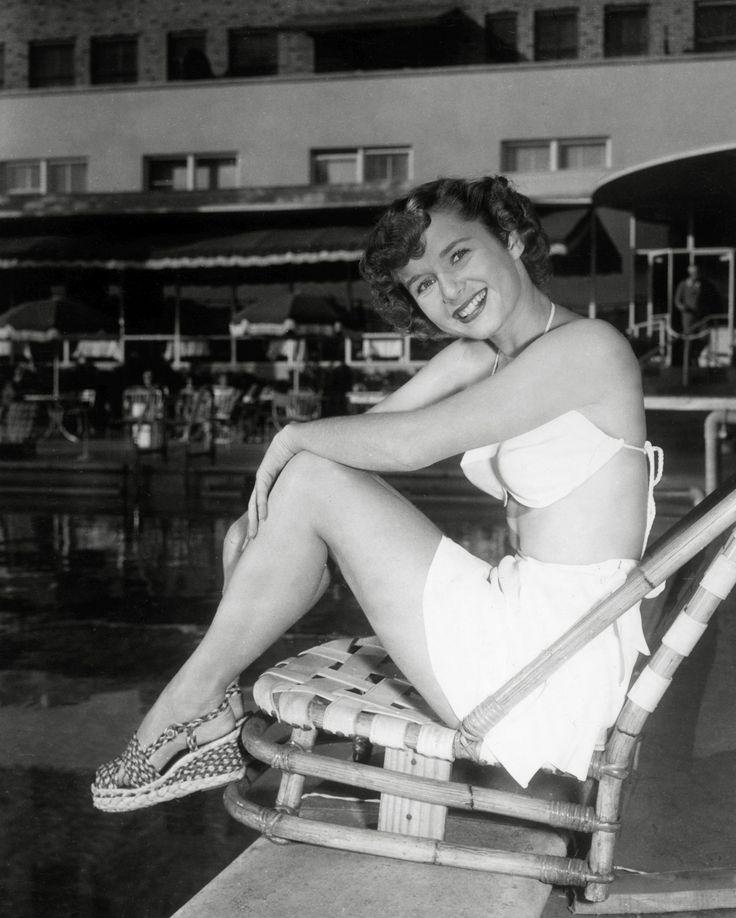 """La doar o zi dupa decesul fiicei sale, Carrie Fisher, celebra Printesa Leila din """"Star Wars,a incetat din viata si Debbie Reynolds, mama ei, actrita legendara a epocii de aur a Hollywood-ului. Aceasta a murit din cauza unui accident vascular celebral la varsta de 84 de ani, dupa ce moartea fiicei sale la doar 60 de ani a afectat-o profund. """"A vrut sa fie cu fiica ei"""", a spus Todd Fisher, fiul ei, pentru Variety. Debbie Reynolds scrisese pe Facebook un mesaj dupa moartea fiicei sale…"""