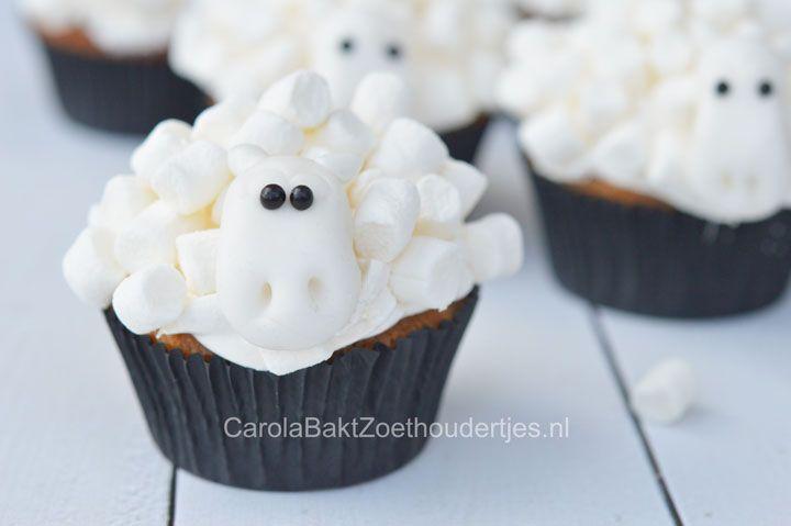 Schapen cupcakes maken met kinderen, Met mini marshmallows en fondant kun je zelf deze grappige kindertraktatie- maken. Het fondant kun je ook zelf maken!