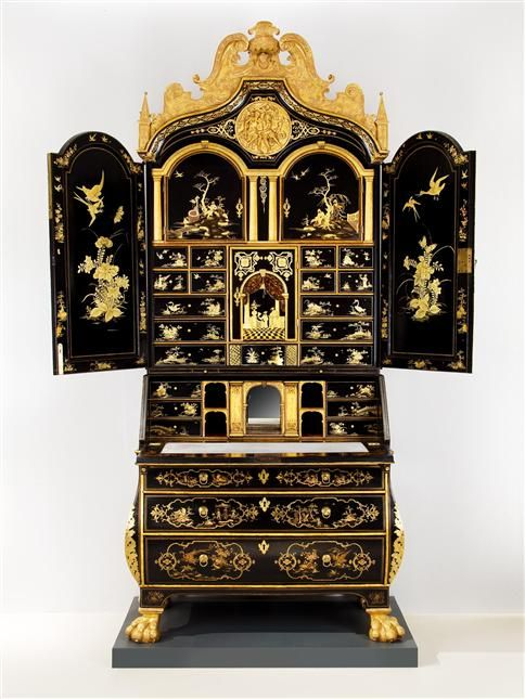AN EARLY 18TH CENTURY JAPANNED BUREAU-CABINET