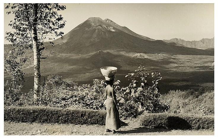 Head transport, old postcard, 1920s