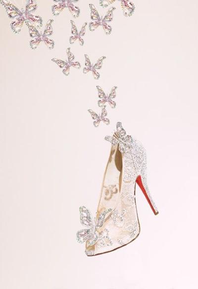 """De Franse ontwerper van schoenen Christian Louboutin is beroemd om zijn desings met hoge hakken; dus is het niet zo verwonderlijk dat ontwerper Alfred Angelo juist hem uitnodigde een nieuw glazen ,muiltje te onwikkelen voor de trouwjurkencollectie van Disney.    De twinkelende, wit zijden pumps met Swarovski kristallen zijn voorzien van de rode zool die kenmerkend is voor het schoenen merk.  """"Assepoester is een icoon voor veel en ook voor schoenen, alles wat ik nodig had vond ik in het…"""