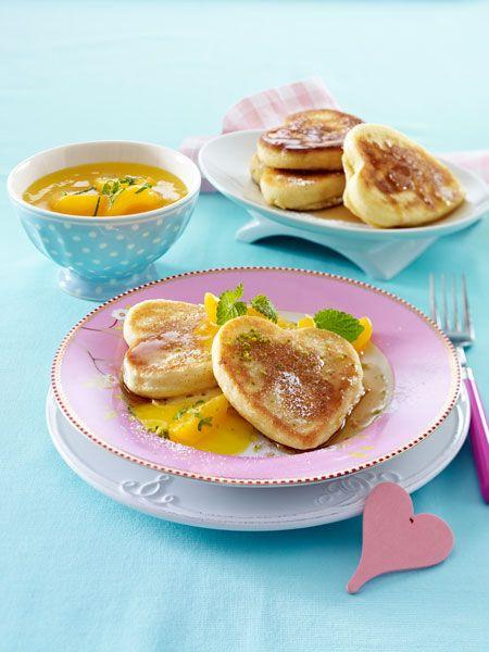Ob zum Frühstück im Bett oder einem ausgiebigen Brunch - die luftigen Pancakes mit Ahornsirup und fruchtigem Aprikosenkompott sind der perfekte Start in den Tag.