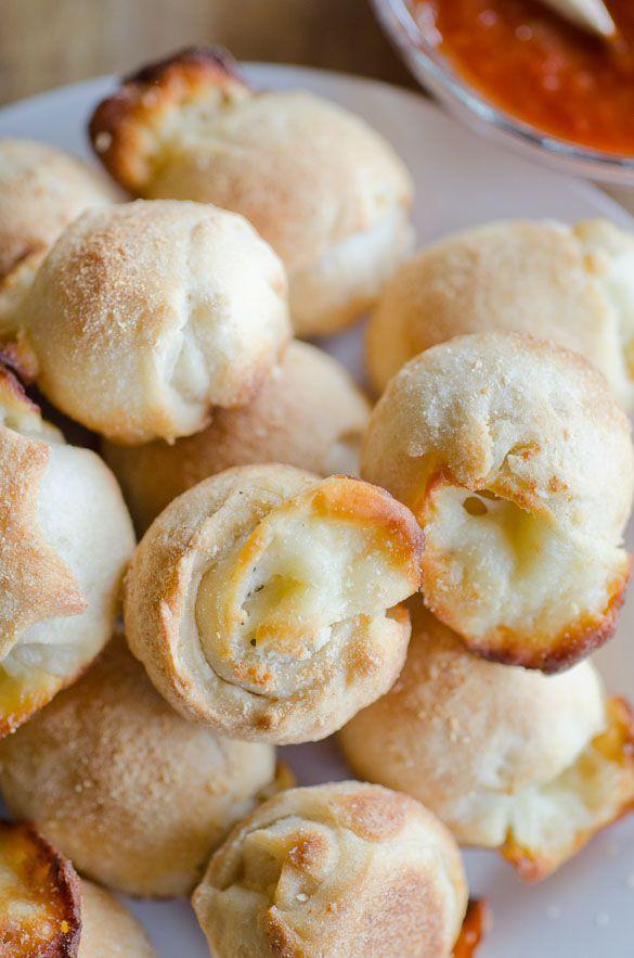 Holen Sie sich diese Knoblauch-Käse-Häppchen in den Ofen innerhalb von 10 Minuten. Diese klebrigen und …   – Food bits