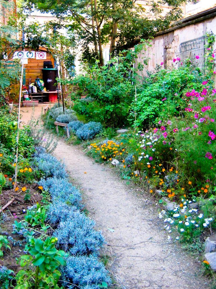 """passage des soupirs """"relie la rue des Pyrénées et la rue de Chine. Au numéro 18 se trouve un joli petit jardin partagé où vous pouvez rentrer librement en présence d'un jardinier de l'association."""" Paris"""