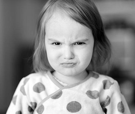 Et desperat forældrepar skriver til vores psykolog og efterlyser gode råd til, hvordan de skal tackle deres 3-årige datter, som fylder alt for meget i familien. Nu er det også gået ud over storebror på seks. Læs her, hvad psykolog Charlotte Clemmensen råder familien til ...