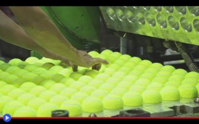 Che cosa c'entra il sughero con le palle da tennis? Si è recentemente giunti alla conclusione, osservando attentamente il mondo per come in effetti appare, che nonostante le apparenze non viviamo all'interno di un'epoca dell'abbondanza. Il cibo è insu #industria #sport #macchineindustriali