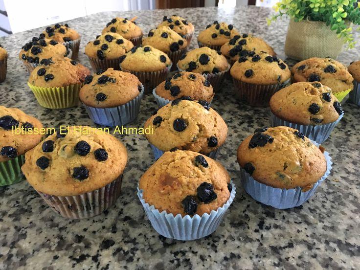 Muffins aux myrtilles  Je vous propose une recette très simple de muffins aux myrtilles super moelleux et délicieusement gourmands, d'une douceur incomparable grâce à l'huile d'olive. Le secret de la réussite de ces muffins  est de ne pas trop mélanger les ingrédients secs et liquides