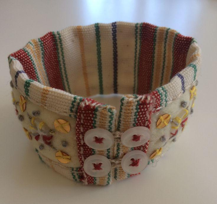 Armband av filt, pajetter, knappar och tyg
