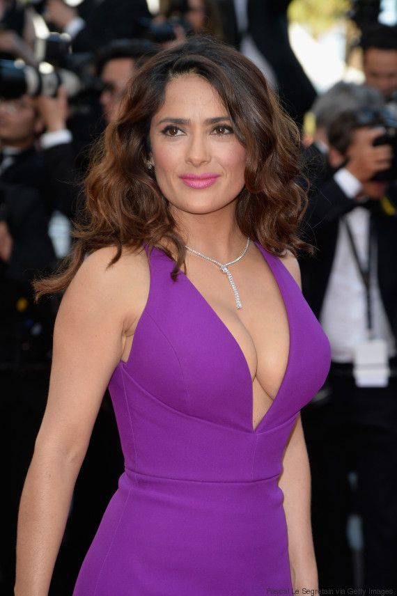 Salma Hayek sorprende en Cannes con un sexy y escotado vestido Gucci