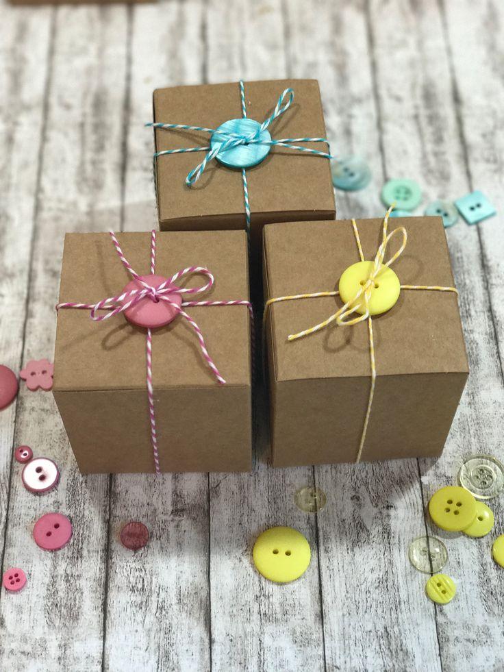 Eine süße Verpackungsidee: Kraftkarton Geschenkboxen mit bunten Knöpfen und Bäckergarn. Mehr Verpackungs-Tipps unter www.der-schachtel-shop.de