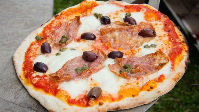Pizza med salami, oliver och kapris.