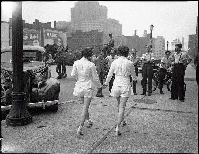 Δύο γυναίκες δείχνουν τα γυμνά τους πόδια δημόσια για πρώτη φορά στο Τορόντο του Καναδά. (1937)