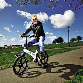 Chris Evans op een gocycle