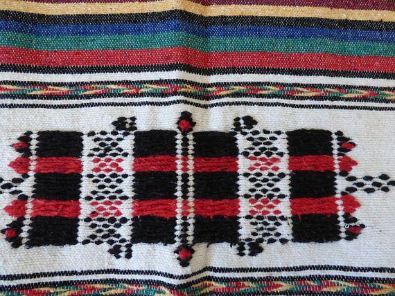 Authentique couverture marocaine, 100% laine naturelle filée à la main sur un métier à tisser en bois.  Cette couverture berbère est une pièce unique dont l'originalité réside dans le travail et la finesse des motifs. Elle peut aussi bien être utilisée comme couvre lit, plaid ou jeté de canapé.   Venez la découvrir en ligne chez Socco So sur Etsy!