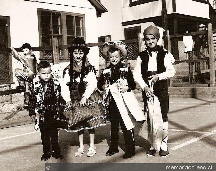 1950, niños de Sewel disfrazados para el día del niño. Dado que el Campamento Sewell se encontraban en una propiedad privada, la mayor parte de las actividades sociales estaban dirigidas por la administración de la Braden Copper Co., dueña del mineral El Teniente. De esta manera, durante todo el año, se realizaban muchísimas actividades de entretención y esparcimiento.