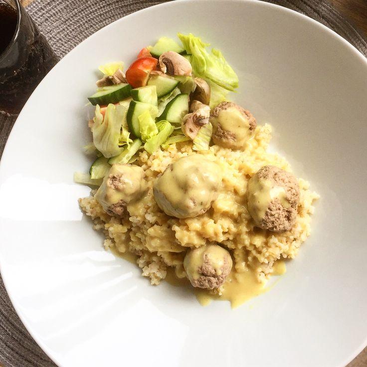 Idag stod @malllanbrallan för middagen så kocken fick vila, och det blev frikadeller på blandfärs kokta i köttbuljong med bulgur och en god currysås gjord på spadet från frikadellerna!Blir inte bättre än så här!👨🍳😍❤️👍😀
