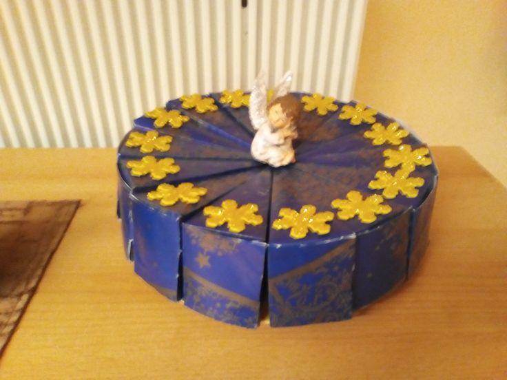 karácsonyi ajándékcsomagolás a kollégáknak - a tortaszeletekben mini milkák, házi mézeskalács és karácsonyfadísz volt
