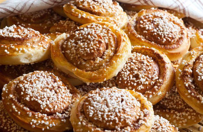 Kanelbullar som de ska smaka! Här hittar du bästa grundreceptet på klassiska kanelbullar som gör degen saftig och kanelfyllningen rik på smak och sötma. Bjud någon du tycker om på rykande färska kanelbullar idag!