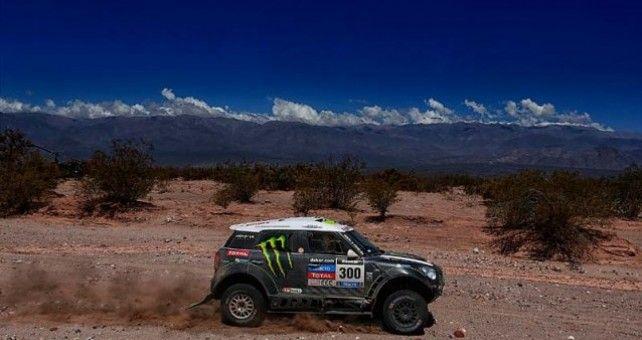 La victoria de la 6ª etapa del Dakar, empañada por el triste fallecimiento del motorista belga Eric Palante ha sido para Stéphane Peterhansel que se ha adjudicado hoy su 63ª victoria de etapa en el Dakar, remontando hasta la tercera posición de la general, a poco más de media hora de Roma.